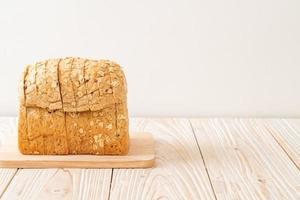 skivat fullkornsbröd på ett träbord foto