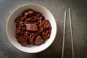 jjapaguri eller chapaguri eller koreanska svarta bönor kryddiga nudlar med nötkött foto