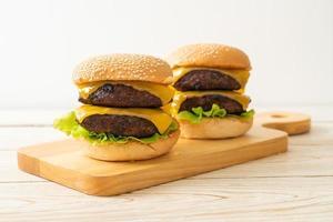 hamburgare eller nötköttburgare med ost - ohälsosam matstil foto
