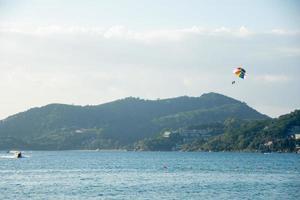 parasailing över havet med vacker bakgrund för blå himmel på Patong Beach, Phuket, Thailand. mjuk socka. foto