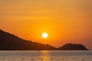 vacker solnedgång på Patong Beach, Phuket, Thailand foto