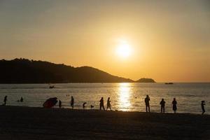 människor som går längs stranden i phuket, thailand foto