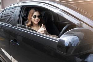 vacker kvinna kör sin bil foto