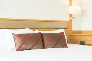 bekväm kudde på sängen foto