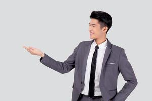 stående ung asiatisk affärsman i kostympresentation isolerad på vit bakgrund, reklam och marknadsföring, verkställande och chef, manlig säker visar framgång, uttryck och känslor. foto