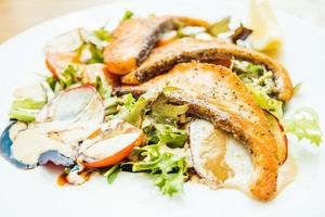 grillad laxfilékött med grönsaksallad foto