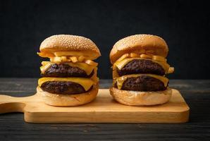 hamburgare eller nötköttburgare med ost och pommes frites - ohälsosam matstil foto