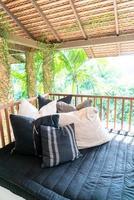 kudde dekorerar på soffan på balkongterrassen foto