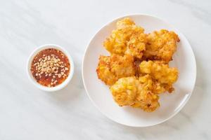 friterad majs med sås - vegansk och vegetarisk matstil foto