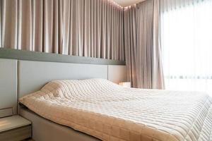 säng med överkast dekoration i sovrummet foto