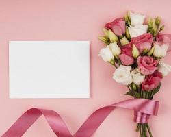 ovanifrån vackra rosor bukett med tomt kort. högkvalitativt vackert fotokoncept foto