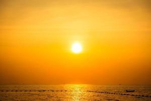 vacker solnedgång på stranden och havet foto
