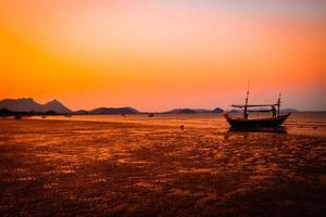 tropisk strand vid solnedgången silhuett bakgrund orange himmel i Thailand foto
