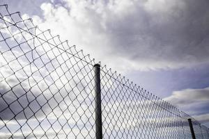 metallstaket med blå himmel foto