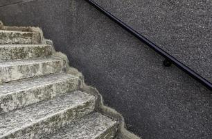 sten trappor med ledstänger foto