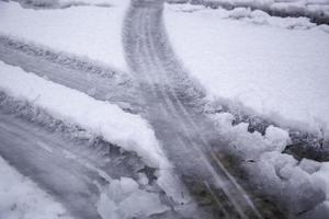 hjulmärken i snö foto