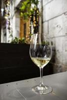 glas kallt vitt vin foto