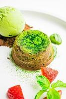 grönt te choklad lava med glass och jordgubbar foto