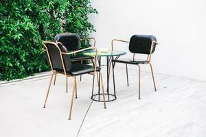 möbler med tom stol och bord foto