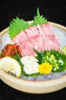 rå och färsk matsusaka nötkött sashimi foto