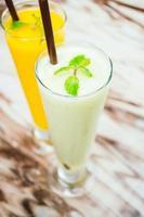 iced grön blandad frukt smoothie foto