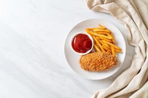 stekt kycklingbröstfilébiff med pommes frites och ketchup foto