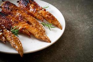 grillad eller grillad kycklingvingespett med klibbigt ris foto