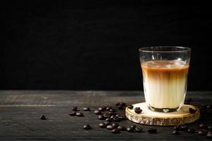 glas lattekaffe, kaffe med mjölk på trä bakgrund foto
