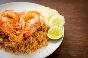 jätte räkor stekt ris med räkorpasta foto