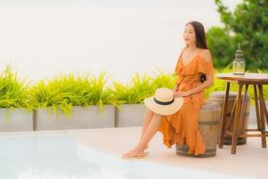 porträtt vacker ung asiatisk kvinna livsstil lyckligt leende med fritid nästan havet stranden havet foto