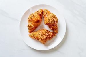 färsk giffel med jordnötter på tallriken foto