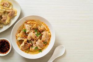 fläsk wonton soppa eller fläsk dumplings soppa med rostad chili - asiatisk matstil foto