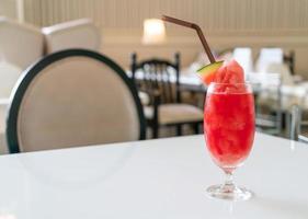 färskt vattenmelon smoothie glas på bordet i café restaurang foto