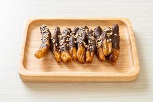 soltorkad bananskokladbeläggning eller banandoppad choklad foto