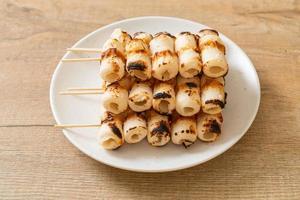 grillad rörformad fiskpastakaka eller rörbläckfiskspett på tallriken foto