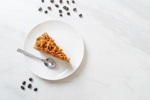 hemlagad kaffemandelkaka på den vita plattan foto