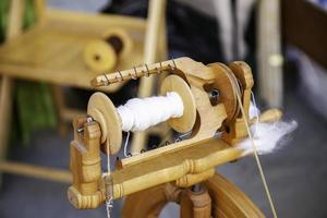 snurrar med ett snurrhjul i trä foto