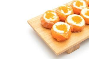 färsk laxsushirulle med majonnäs och räkaägg - japansk matstil foto