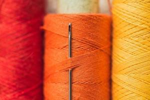 förstärkt sytråd på en spole - slitstark polyester lavsankärna med yttre bomulls- eller polyesterflätning - hög sömhållfasthet med hög värmebeständighet foto