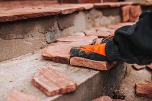 sandsten golvplattor - granitbitar i olika former och storlekar för dekoration foto