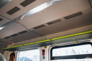 inre av en tom tågvagn - mjuka fåtöljer och stora ljusa fönster foto