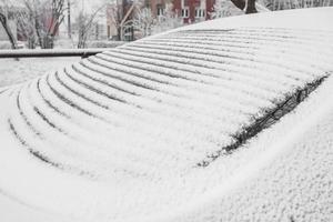 upphettade bakrutan på bilen i frost på vintern - snön smälter på fönstret från den elektriska uppvärmningen foto