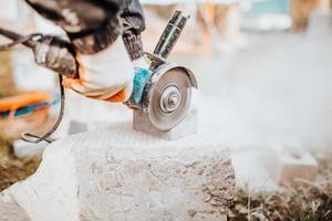 verktyg för att lägga och installera beläggningsplattor - sladdspackel och gummiklubba foto