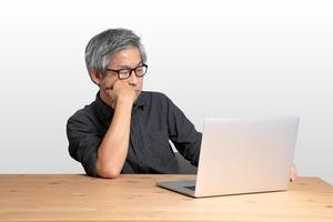 asiatisk man sitter foto