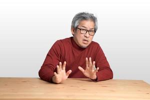 asiatisk man vid skrivbordet foto