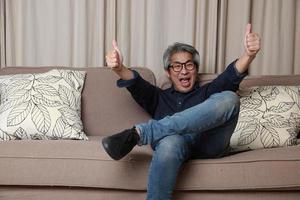 asiatisk man i vardagsrummet foto