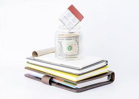 papper hem till glas sparar på böcker stack foto