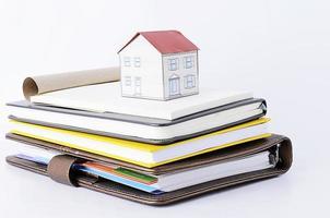 papper hus på böcker stack foto