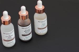 redaktionell användning hudvård ansiktslösning kosmetisk, revolution hudvård london, england foto