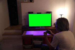 asiatisk man tittar på tv foto